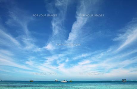 海と雲と船の素材 [FYI00416981]