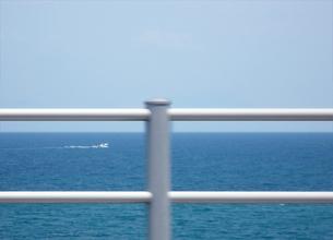 水平線と船とガードレールの平行線の写真素材 [FYI00416985]