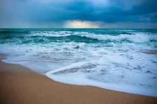 迫る嵐 打ち寄せる波の写真素材 [FYI00417144]