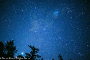 空気の澄んだ山で見る満天の星空の写真素材 [FYI00417158]