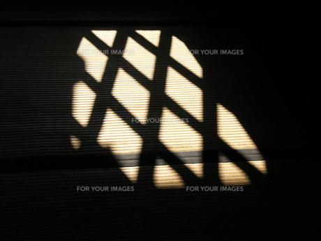 窓からの明かりの素材 [FYI00417487]