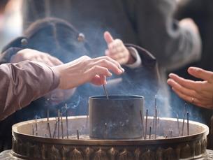 お線香 参拝の素材 [FYI00417613]