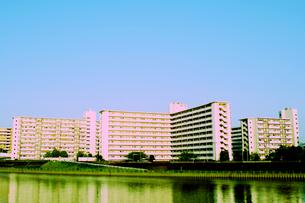 川辺の集合住宅の写真素材 [FYI00417683]
