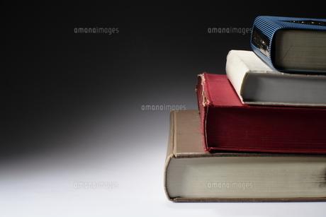 階段状に積まれる本の写真素材 [FYI00417753]