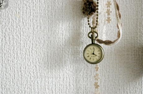 ぶらさがる懐中時計の写真素材 [FYI00417756]