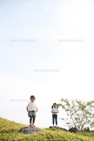 青空バックに姉妹の写真素材 [FYI00417971]