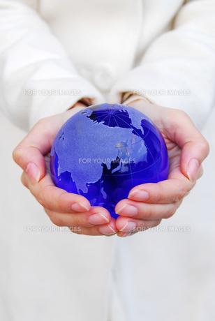 地球を持つ手の素材 [FYI00418023]
