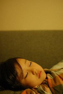 眠る少女の写真素材 [FYI00418380]