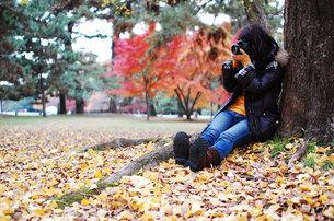 女性カメラマンの写真素材 [FYI00418391]