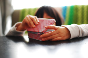 宝箱と少女の写真素材 [FYI00418399]