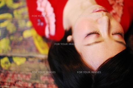 眠る女性の写真素材 [FYI00418409]