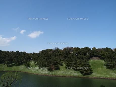 空と御濠と飛行船の写真素材 [FYI00418588]