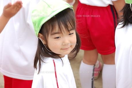 初めての運動会で微笑む少女の写真素材 [FYI00419072]