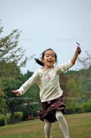 凧揚げをしようと公園を走る少女の写真素材 [FYI00419095]