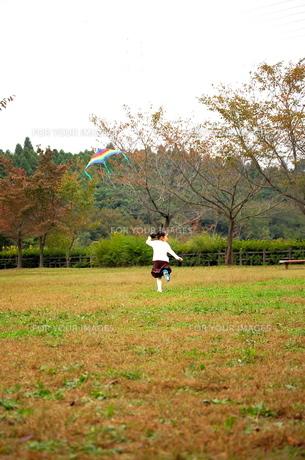 凧揚げをする少女2の写真素材 [FYI00419099]