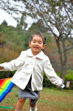 凧揚げをする少女3の写真素材 [FYI00419101]