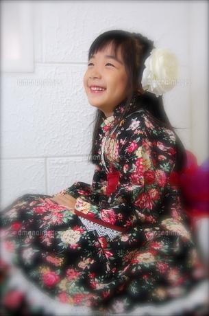 着物ドレスで七五三撮影 笑顔の少女の写真素材 [FYI00419103]