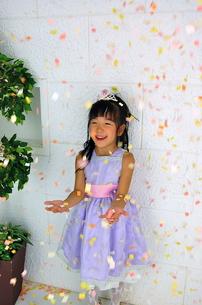 紙吹雪を喜ぶ少女の写真素材 [FYI00419116]