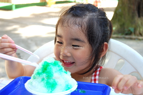 かき氷を食べる少女の写真素材 [FYI00419121]