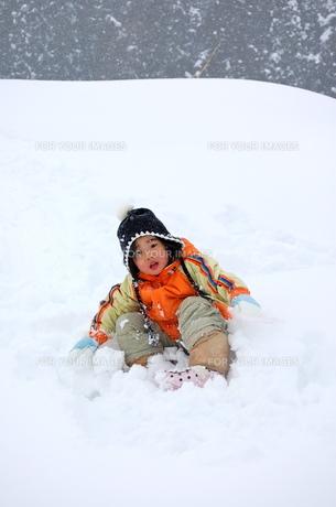 雪に埋もれて遊ぶ少女2の写真素材 [FYI00419138]