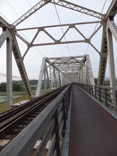 鉄道と歩道が併設されている赤川仮橋の写真素材 [FYI00419289]