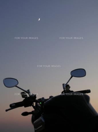 バイクと三日月の写真素材 [FYI00419324]