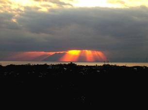 雲間から漏れるオレンジの素材 [FYI00419355]