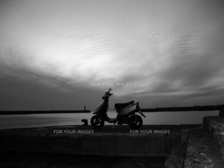 モノクロでスクーターの写真素材 [FYI00419358]