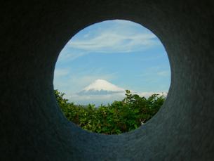 穴から覗き込む富士山の素材 [FYI00419376]
