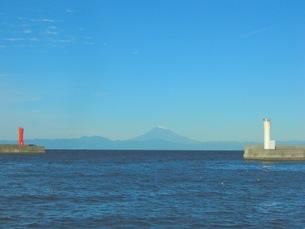 紅白の門から富士山を見る-2の写真素材 [FYI00419385]