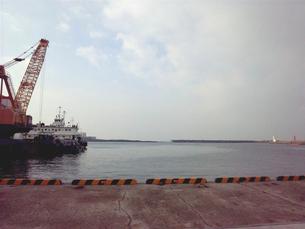 クレーン船と灯台の素材 [FYI00419431]