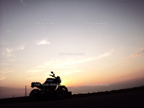 夕日とバイク02の素材 [FYI00419435]