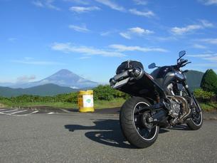 富士山をバックにの素材 [FYI00419448]