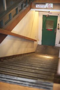 ドアにつづく下り階段の写真素材 [FYI00419555]