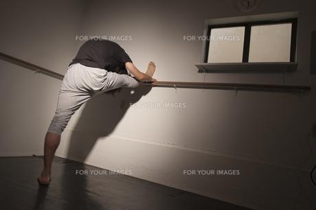 ストレッチをする男の写真素材 [FYI00419557]