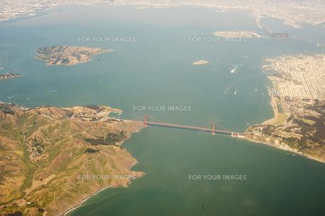 上空から見るゴールデンゲートブリッジとサンフランシスコ湾の写真素材 [FYI00419565]