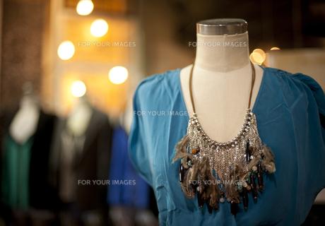 豪華なネックレスとブルーのドレスの写真素材 [FYI00419593]