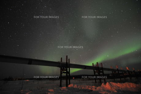パイプラインと星空とオーロラの写真素材 [FYI00419602]