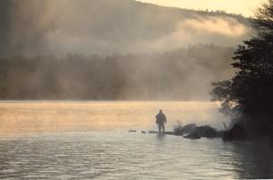 朝もやの釣り人の写真素材 [FYI00419649]