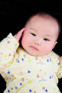 敬礼する男の子の赤ちゃんの写真素材 [FYI00419711]