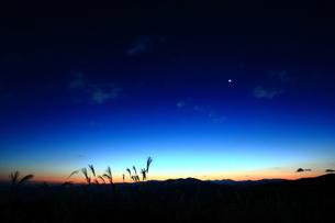 静かな夜明けの素材 [FYI00419780]