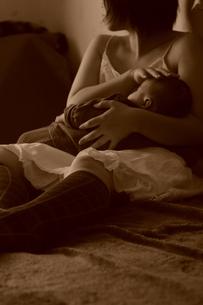赤ちゃんを抱き頭をなでる母の素材 [FYI00420209]