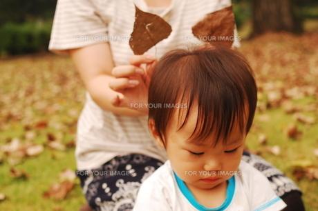 公園で幼児と若いママの写真素材 [FYI00420217]