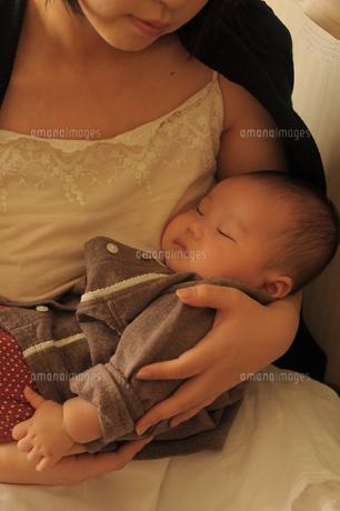 赤ちゃんを抱く母親の素材 [FYI00420218]