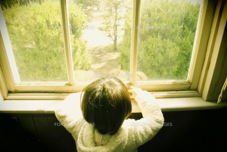 窓辺の子供の素材 [FYI00420231]