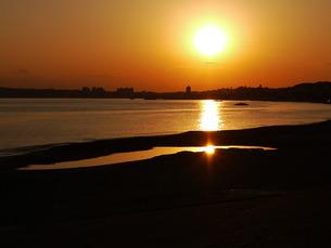 海を照らす夕日の写真素材 [FYI00420295]