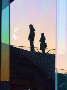 硝子に写る2人の写真素材 [FYI00420364]