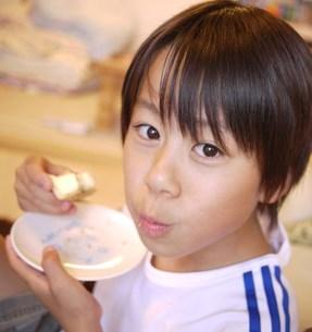 お菓子を食べるの写真素材 [FYI00420434]
