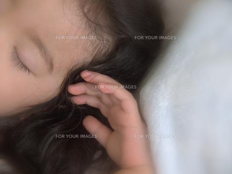 幼い手と寝顔の写真素材 [FYI00420494]