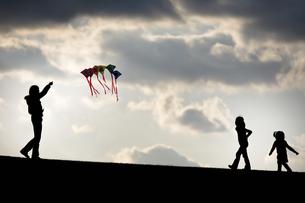 凧揚げと母子たちの写真素材 [FYI00420590]